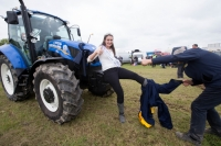 Rose of Tralee Jennifer Byrne, Offaly has some assistance from Billy Shaw when removing her overalls
